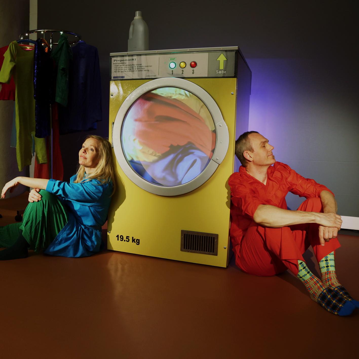 mand og kvinde og en vaskemaskine