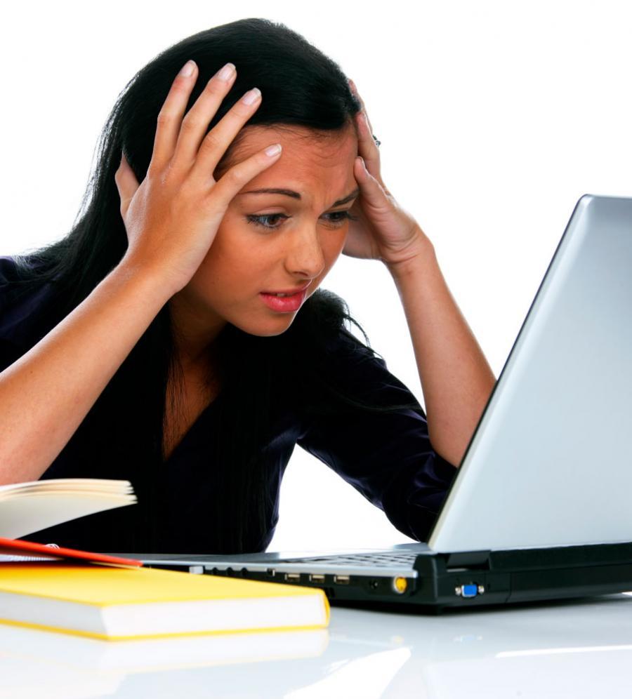 Frustreret studerende som skriver litteraturliste